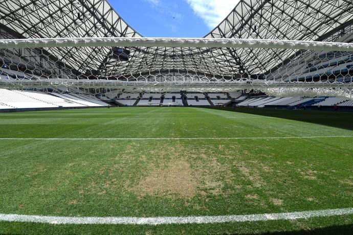 Gramado do estádio Velódrome com problemas (Foto: EFE)