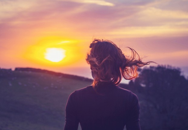 Mulher observa o nascer do sol ; carreira ; descobrimento ; vida ; inspiração ; novos caminhos ;  (Foto: Dreamstime)