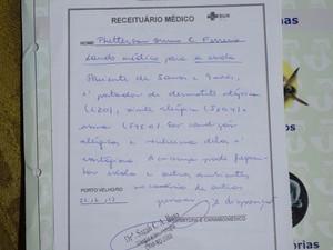 Receituário médico mostra que Phetterson pode frequentar aulas (Foto: Jonatas Boni/G1)