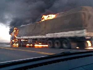 Fogo atingiu caminhão próximo a Guarapuava (Foto: Daniel Raycik/Arquivo Pessoal)