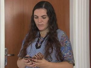 Professora Karen tem sofrido com falta de sinal em casa (Foto: Reprodução/ TV TEM)