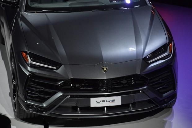 Detalhe frontal do Urus. Debaixo do capô, um motor V8 4.0 biturbo de 650 cv de potência (Foto: Jacopo Raule/Getty Images para a Lamborghini)