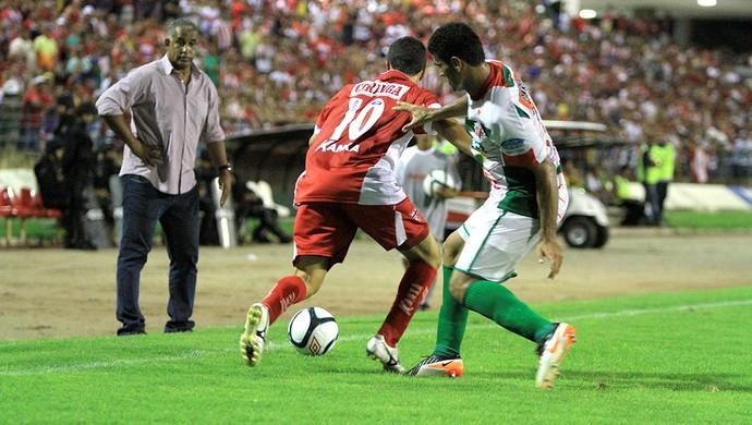 Técnico do CRB, Ademir Fonseca observa disputa de bola (Foto: Ailton Cruz/ Gazeta de Alagoas)