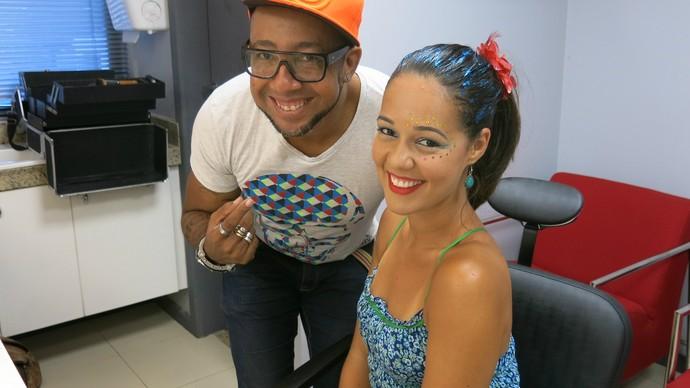 Com Renata Menezes como modelo, Dino Neto ensina maquiagem de Carnaval (Foto: TV Bahia)