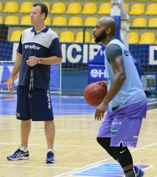 Larry Taylor treino Mogi das Cruzes Basquete (Foto: Cairo Oliveira)