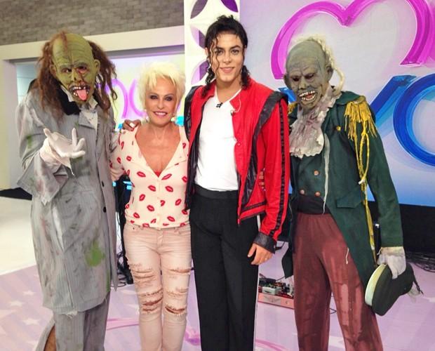 Rodrigo e seus dançarinos 'monstros' posam ao lado de Ana Maria (Foto: Talita Mendes / Gshow)