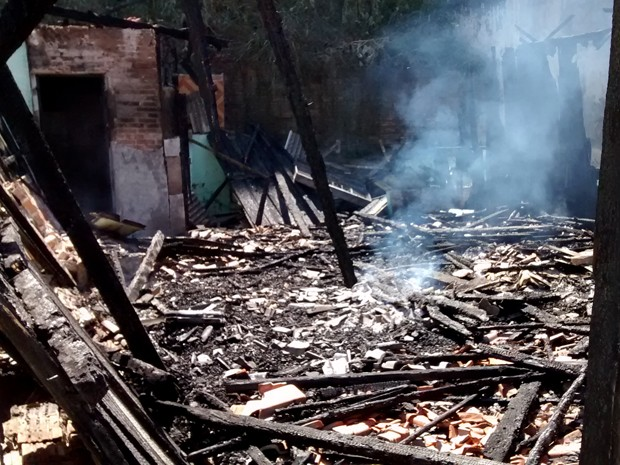 Casa estava abandonada e não houve vítimas (Foto: Stephanie Fonseca/G1)