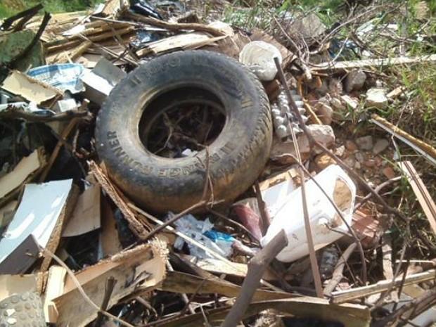 Lixo acumulado em Nova Guarapari (Foto: Cacau Peçanha/ VC no ESTV)