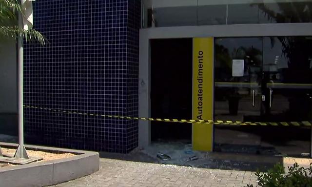 Caixas eletrônicos ficaram destruídos após ataques de bandidos (Foto: Reprodução/TV Tribuna)