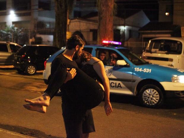 Edu faz a moça desmaiar e diz aos políciais que ela está muito bêbada. (Foto: Carol Caminha / TV Globo)