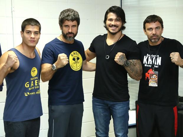 Erick Silva posta com atores que interpretam lutadores em Malhação (Foto: Isabella Pinheiro / Gshow)