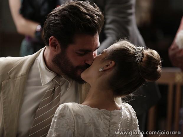 Toni e Hilda se casam em cerimônia simples na sede do partido (Foto: Fábio Rocha/TV Globo)