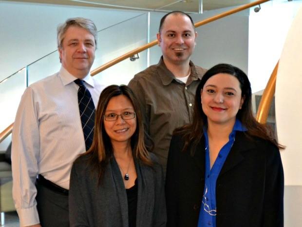 Da direita para a esquerda, Joelma ao lado de Jane Bayani, Dan Dion e seu chefe John Bartlett no Ontario Institute of Cancer Research (Foto: Joelma Lima/Arquivo pessoal )
