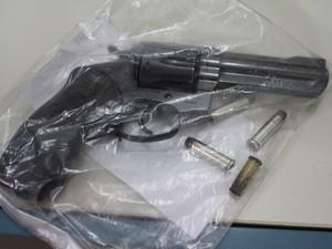 O revólver foi periciado pela Politec (Foto: Júnior Freitas/G1)