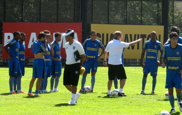 oswaldo de oliveira botafogo treino (Foto: André Casado / Globoesporte.com)
