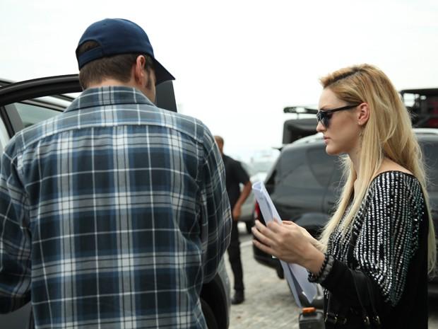 Atriz passa o texto com o diretor (Foto: Carol Caminha/ TV Globo)