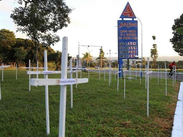 Cemitério de Empresas feito em frente ao posto representando as empresas que fecham as portas no Brasil (Foto: Lieve Comunica/Divulgação)