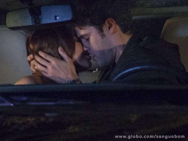 Maurício tasca aquele beijão em Malu (Foto: Sangue Bom / TV Globo)