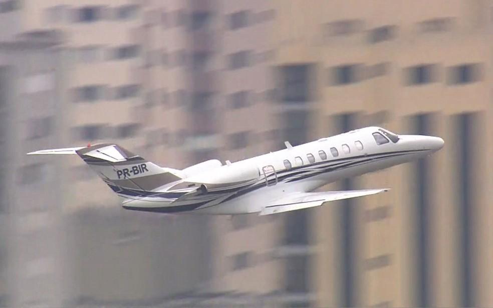 O avião levando o ex-presidente Luiz Inácio Lula da Silva decola do Aeroporto de Congonhas, em São Paulo, para Curitiba (Foto: TV Globo/Reprodução)