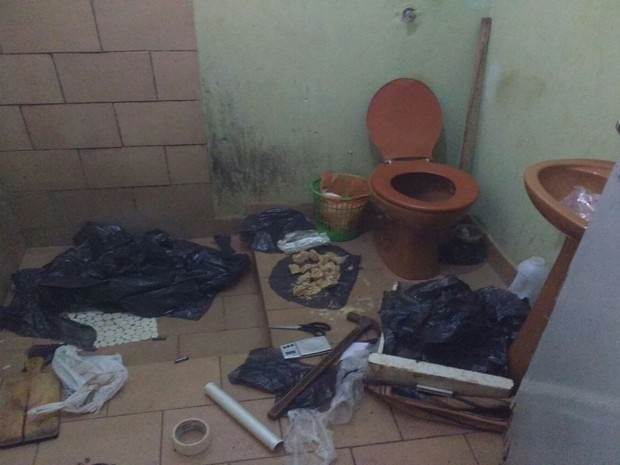 Pedras de crack foram encontradas escondidas no banheiro da casa. Rio Preto (Foto: Divulgação / Polícia Civil)