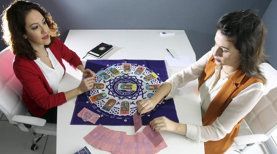Renata Sottero aplica coaching com tarô egípcio para a cliente Andressa Delamuta (Foto: Estadão Conteúdo)