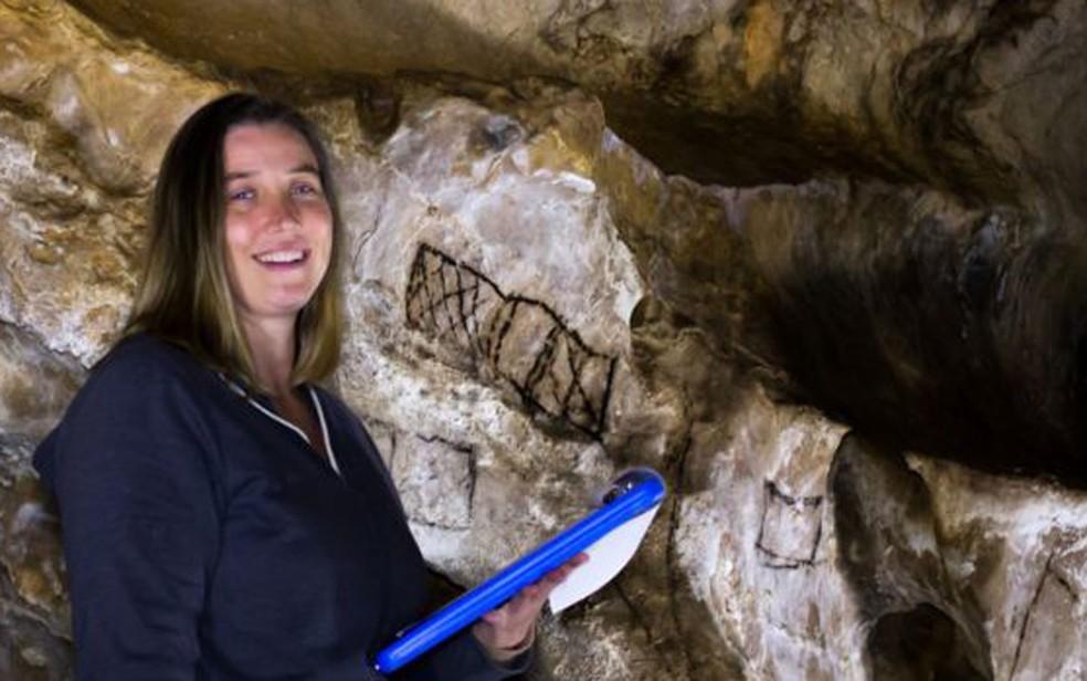 Genevieve von Petzinger faz medições em uma gruta com desenhos