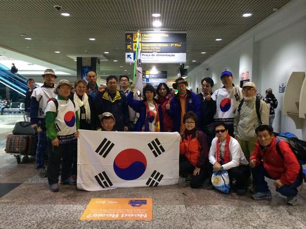 Grupo de coreanos chegando a Porto Alegre (Foto: Rafaella Fraga/G1)