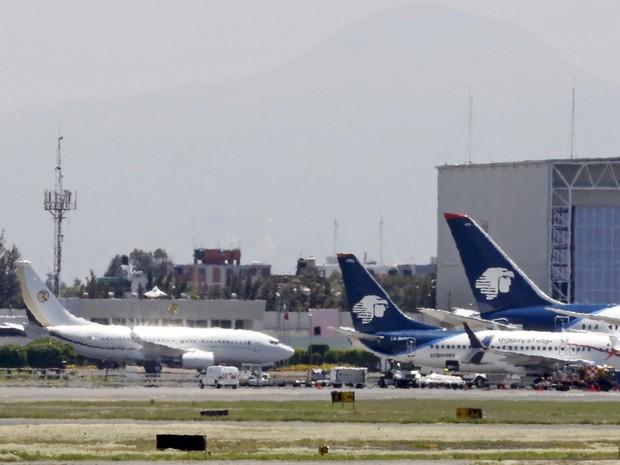 Avião com o candidato republicano às eleições dos EUA, Donald Trump, é visto no aeroporto da Cidade do México (Foto: REUTERS/Carlos Jasso)