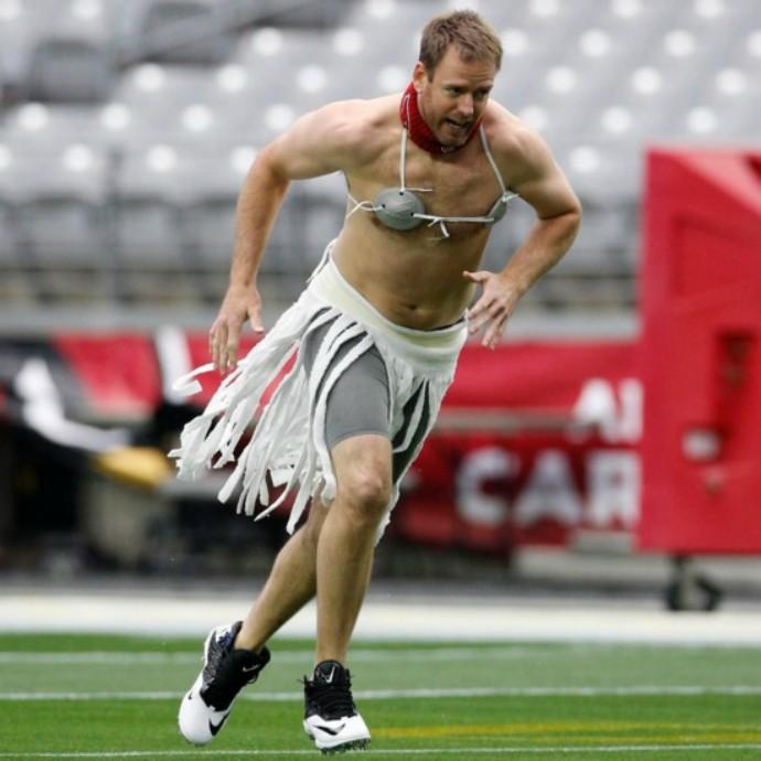O quarterback Carson Palmer, dos Cardinals, vestou saia e sutiã (Foto: Reprodução/Twitter)