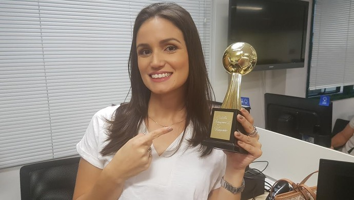 Monique Cardone taça (Foto: Cassius Leitão)