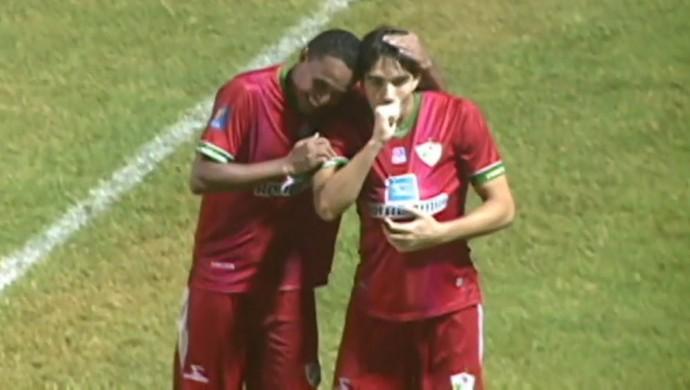 Paulo Junior comemora o primeiro gol dele com a camisa do Salgueiro (Foto: Reprodução/Tv Grande Rio)