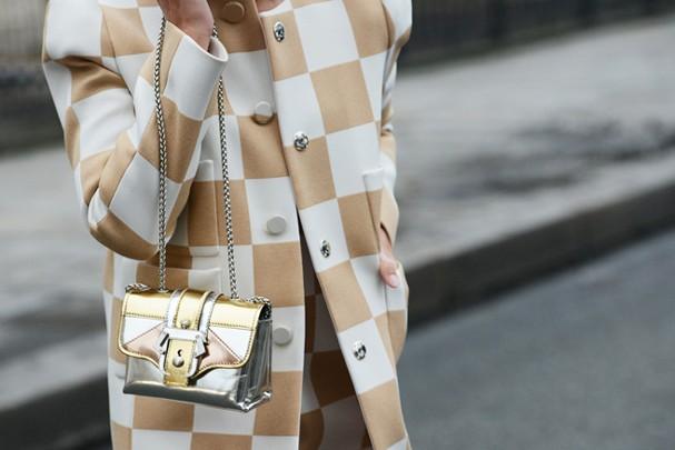 Bolsas metalizadas são o novo tem-que-ter da estação (Foto: Reprodução)