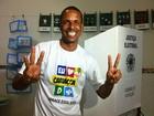 Candidato Juninho vota em Cariacica e pede apoio de adversário