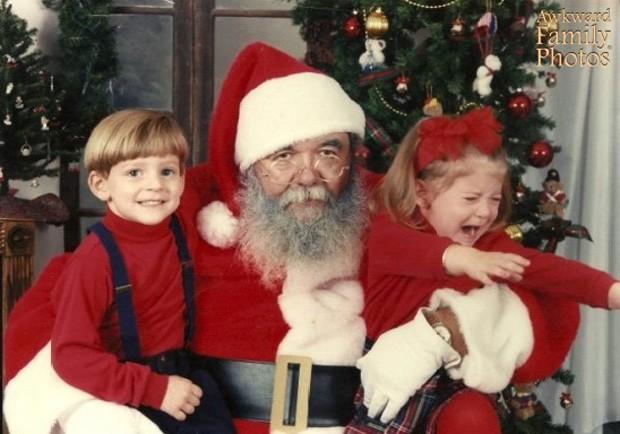 Menina tenta 'fugir' dos braços do Papai Noel indisposto (Foto: Divulgação/Awkward Family Photos)
