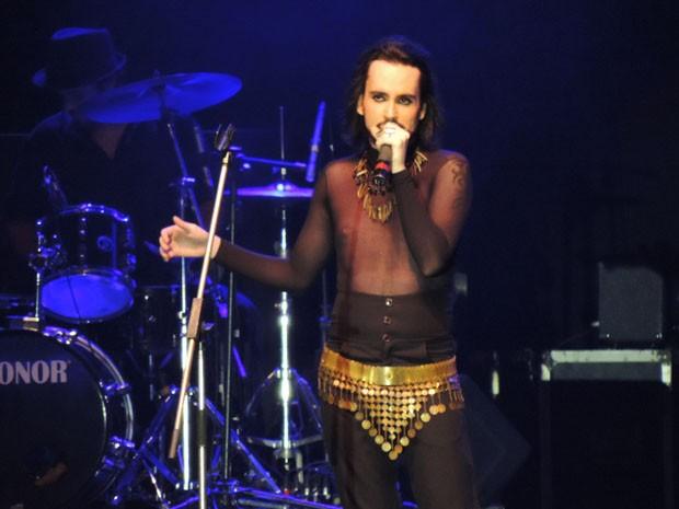 Em apresentação performática, Hooker entrou no palco lembrando o estilo de Cazuza com influência de Ney Matogrosso (Foto: Katherine Coutinho / G1)