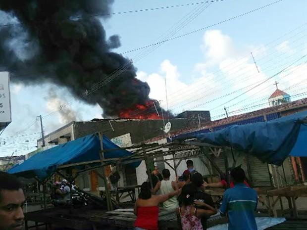Fogo destruiu loja de descartáveis no Grotão, em João Pessoa, no domingo (26) (Foto: Reprodução/TV Cabo Branco)