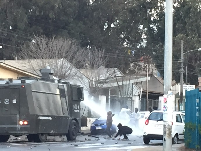 Manifestantes enfrentam blindado polícia Valparaíso Peru x Venezuela (Foto: Felipe Barbalho/GloboEsporte.com)