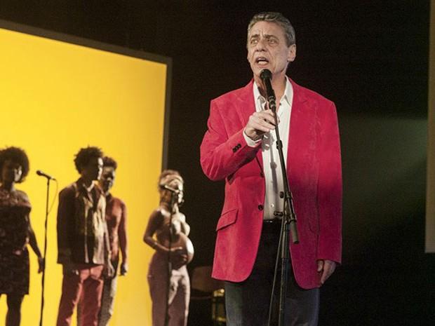 Chico Buarque canta em cena do documentário 'Chico: Artista brasileiro' (Foto: Divulgação)