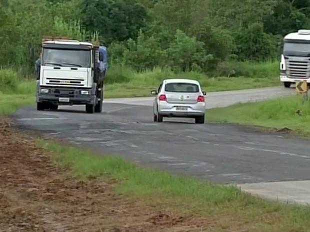 Rodovia entre Itapeva e Itaberá precisa de manutenção, dizem motoristas (Foto: Reprodução/TVTEM)