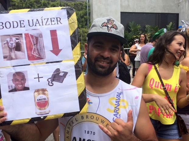Operador de telemarketing Cesario Pinto da Costa Neto, de 33 anos, trabalha em dois empregos pra conseguir se manter. Ele aproveitou o mês de férias para trabalhar como vendedor de bebidas no carnaval de rua de São Paulo (Foto: Tatiana Santiago/G1)