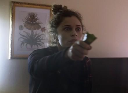 Larissa destrói apartamento após ser rejeitada