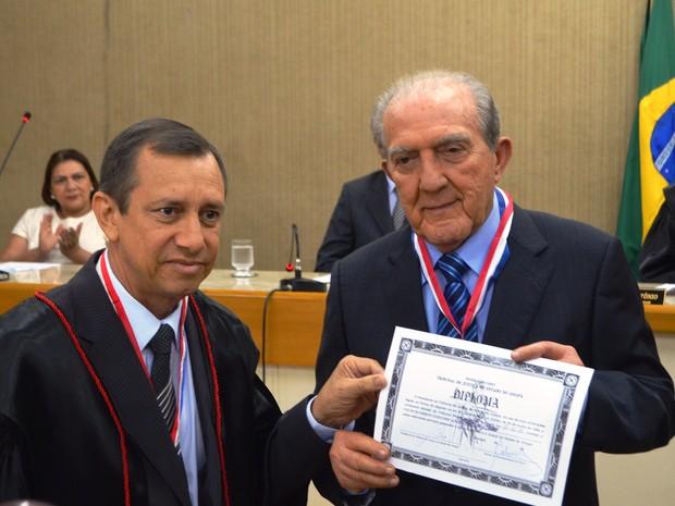 Phelipe Daou recebeu medalha do desembargador Gilberto Pinheiro (Foto: Rodrigo Sales/G1)