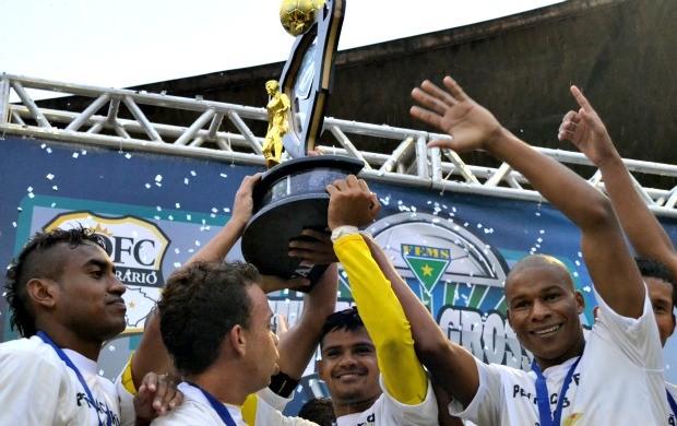 Jogadores do Cene erguem a taça de campeão sul-mato-grossense (Foto: Roberto Oshiro/TV Morena)