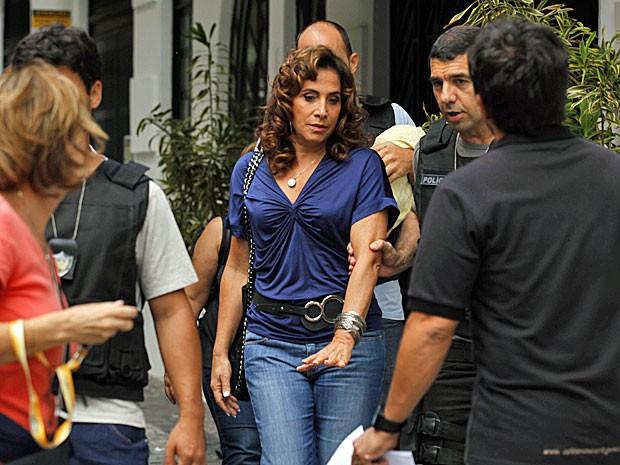 Totia Meirelles grava cena em que policial carrega Wanda pelo braço (Foto: Salve Jorge/TV Globo)