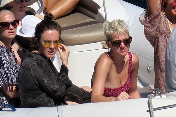 Katy Perry com sua irmã, Angela (Foto: AKM-GSI Brasil)
