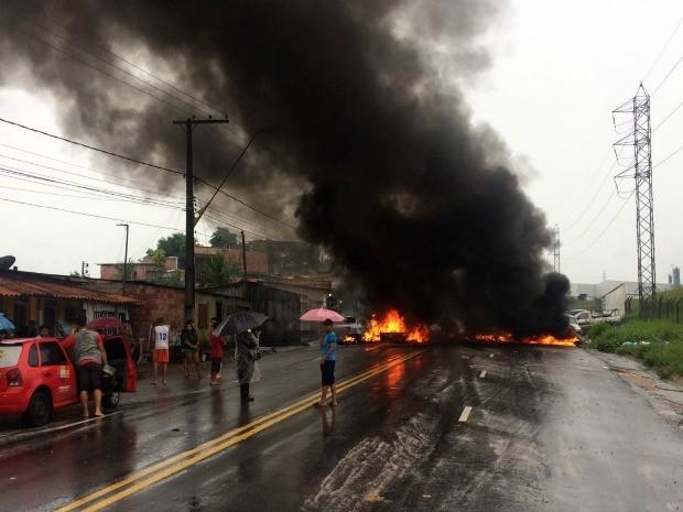 Manifestantes fecharam rua após sequência de deslizamentos durante forte chuva (Foto: Rickardo Marques/G1 AM)