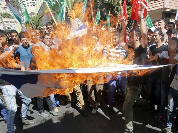 Palestinos queiman bandeira de Israel durante protesto na mesquita al-Aqsa em Jerusalém (Foto: REUTERS/Abed Omar Qusini)