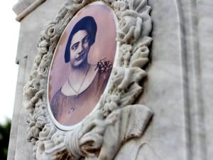 No detalhe da foto, Josephina aparece com um broche em forma de carro; na imagem original, segundo a família, não há broche algum no vestido da moça. (Foto: Ingrid Bico/G1)