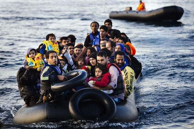 Migrantes e refugiados chegam à ilha grega de Lesbos saídos da Turquia em foto de 14 de outubro (Foto: Dimitar Dilkoff/AFP)