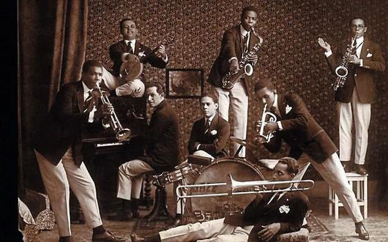 Os Oito Batutas grupo quase todo formado por  músicos  negros,entre eles Pixinguinha e Donga,fizeram excursão para o exterior nos anos 1920. (Foto: Reprodução)